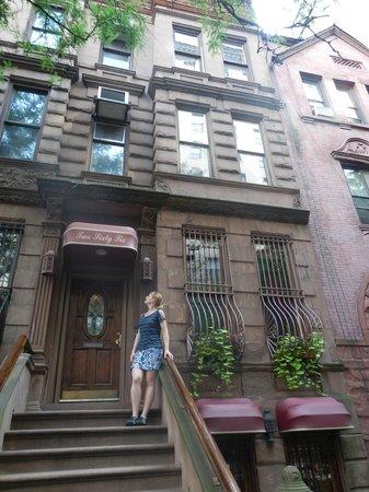 Inn New York City: Hotel front.