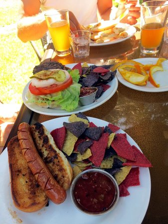 Savary Island, Canada : Hot dog and burger at Riggers