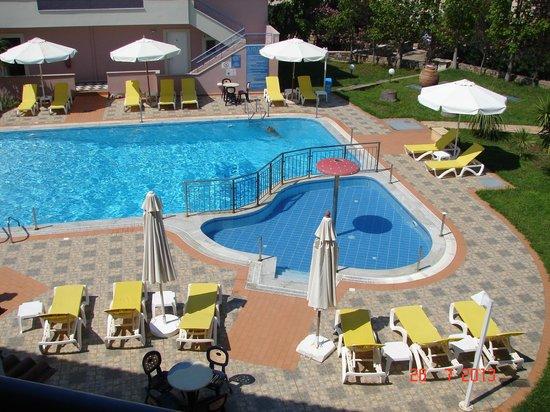 Aiolos Hotel Apartments: Η ΠΙΣΙΝΑ ΤΟΥ ΚΕΝΟΔΟΧΕΙΟΥ