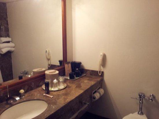 Holiday Inn Guatemala : Bathroom and coffee maker