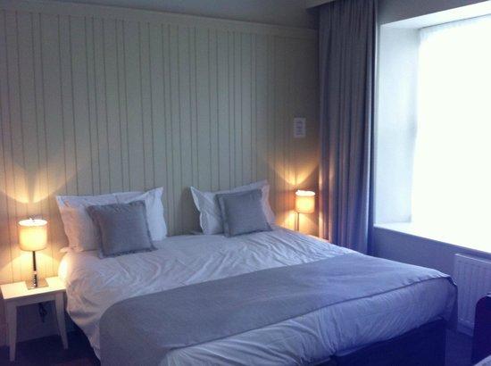 The Martello Hotel: Massive bed!