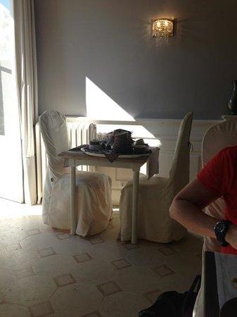 le chateau du clos de la ribaudiere : plateau plein de vaisselle pendant 20 minutes
