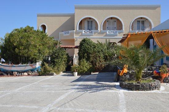 Pension Livadaros: Η εσωτερική αυλή και τα δωμάτια