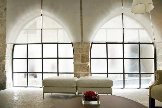 Le Hall De La Maison le hall de la maison ou se mêlent sol en beton lissé et grand mur de