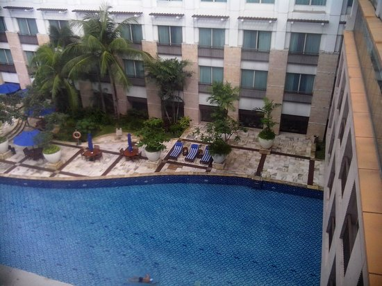 Novotel Jakarta Mangga Dua Square : view from 9th floor to swimming pool, windows on ground floor are the restaurant