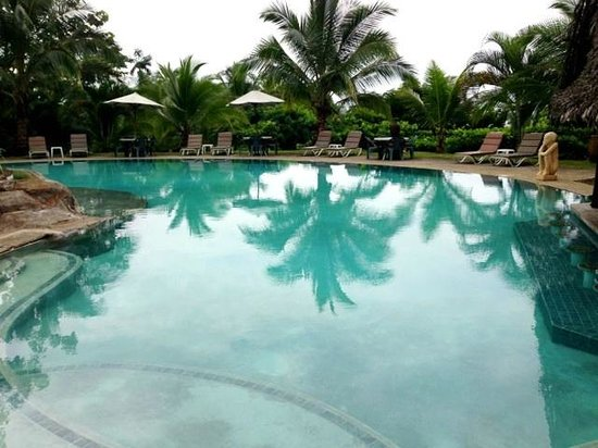 Popa Paradise Beach Resort: A gorgeous clean, warm pool
