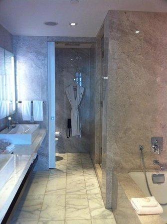 Thompson Toronto - A Thompson Hotel: bathroom