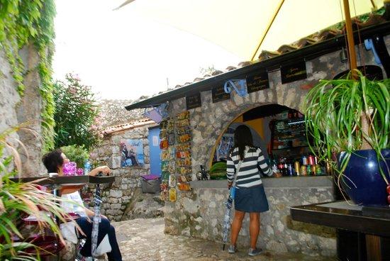 Deli' : ordering vino at Deli