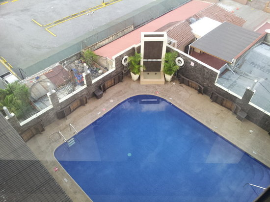 Holiday Inn Guatemala: View to the pool from above