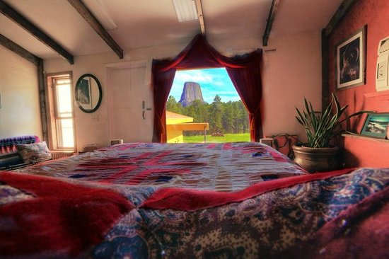 Devils Tower Lodge : View of tower through the window