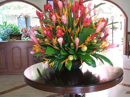 Sandals Royal Caribbean Resort and Private Island : Fleurs naturels dans le hall