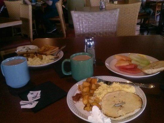 La Posada Lodge and Casitas: Breakfast Buffet was delicious & complementry!