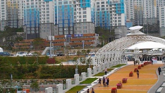 BEXCO (Busan Exhibition & Convention Center): Connecting Walkway