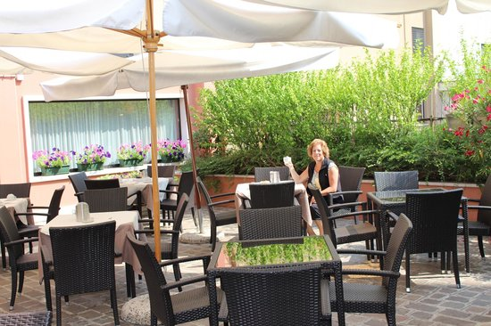 Hotel Giberti: there is an outdoor and indoor area to breakfast area