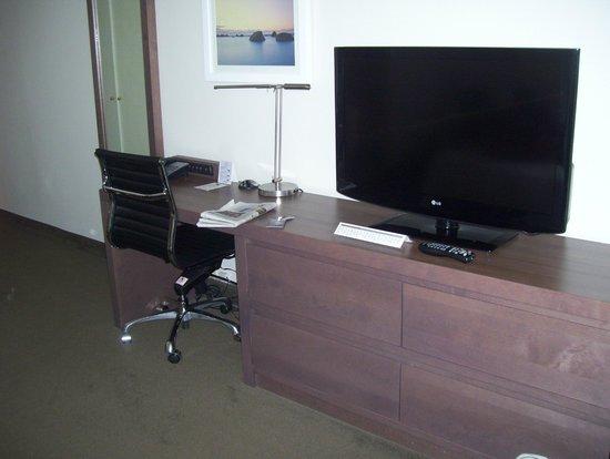 رزيدنس إن باي ماريوت مونتريال وست ماونت: tv and work station