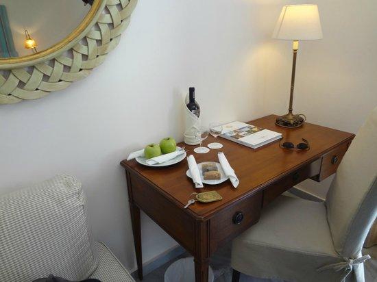 Yria Island Boutique Hotel & Spa : Upon arrival - wine, fruit, baklava. Yummy