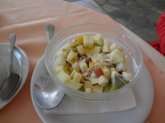 Yria Island Boutique Hotel & Spa: Breakfast - greek yogurt and fruit. Yummm!!