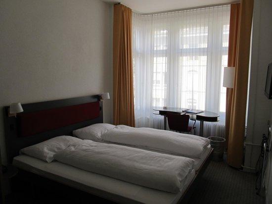 Hotel Kreuz Bern: Camas macias.