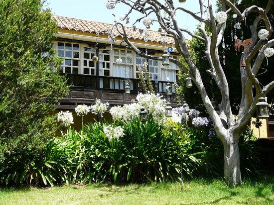 Hotel Rural Las Calas: vista del edificio principal desde el jardín