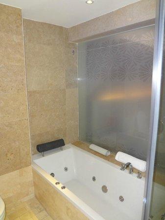 The Boma Nairobi: Bathroom (tub)