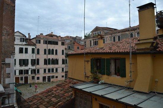Hotel e Residenza San Maurizio: Vista del campo San Maurizio desde la habitación