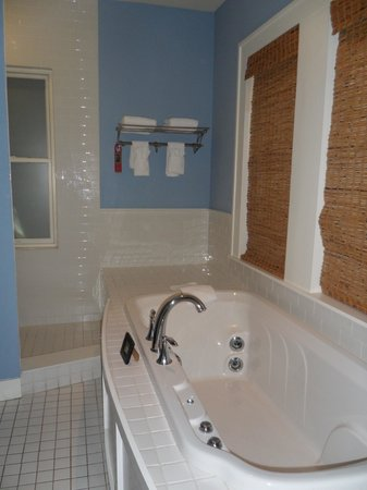 Sundy House: Bath tub with jets