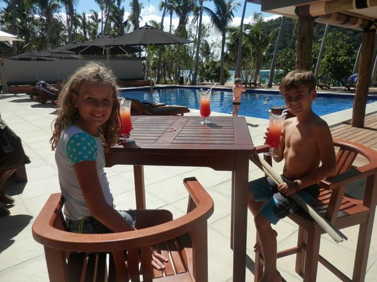 Paradise Cove Resort: Kids enjoying a welcome drink beside the pool
