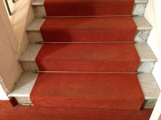 Hotel Madrid: stairs with old worn dirty csrpet