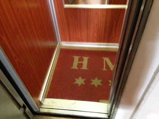 Hotel Madrid: tiny elevator