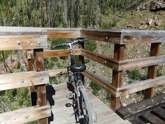 Myra Canyon Bike Rentals: Viewing point on one of the trestles