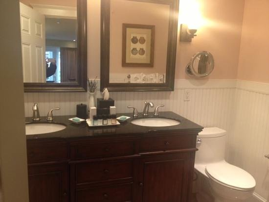Grand Harbor Inn: amazing bathroom - double sink!