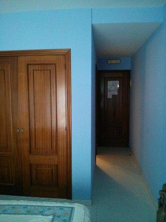 Arco Iris: Entrada a la habitación y armario GIGANTE