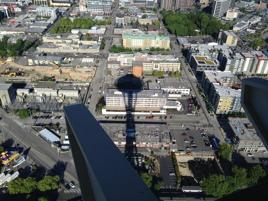 BEST WESTERN PLUS Executive Inn: The hotel is in the shadow of the space needle (taken from restaurant at top)