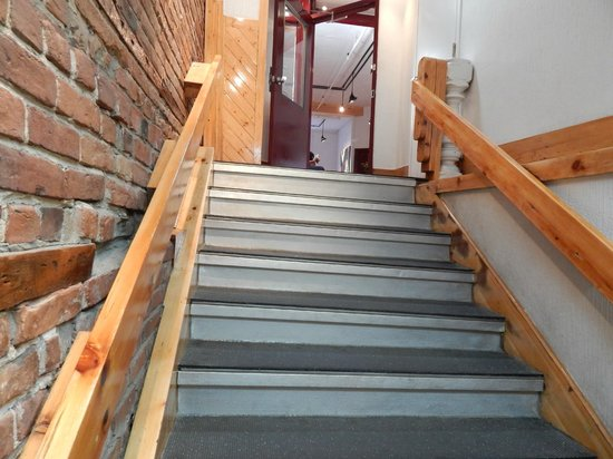Hotel l'Abri du Voyageur: second flight of stairs to the lobby