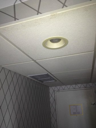 Hotel Viking: AC unit with hold style ceiling; ugly and noisy