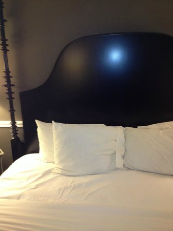 Hotel Viking: Back of bed.