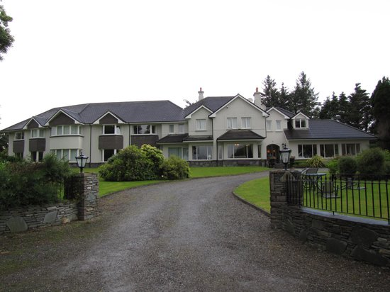 Loch Lein Country House: Entering the hotel property