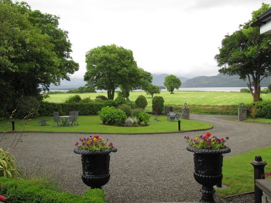 Loch Lein Country House: View of the lake from the hotel