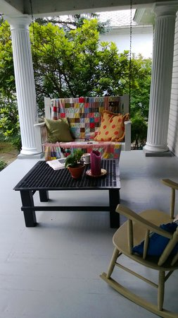 Columbiana Inn Bed and Breakfast: front porch - great for coffee and the paper