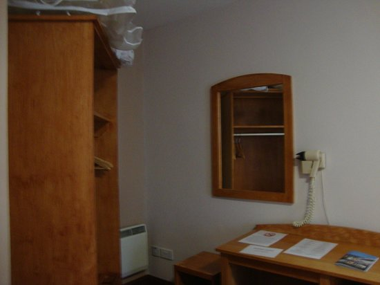 Virginia's Guesthouse Kenmare: Desk and closet area in room