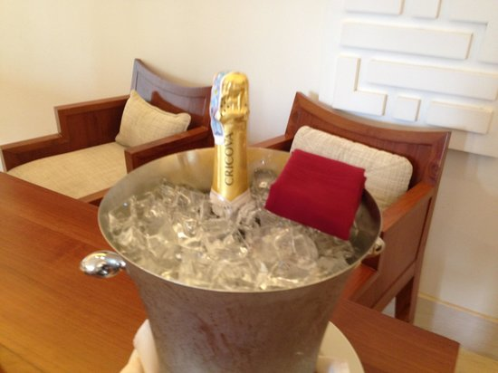 Princess D'An Nam Resort & Spa: Complimentary sparkling wine