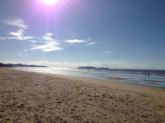 Pinnacle Village Holiday Park : Beautiful walks on the beach