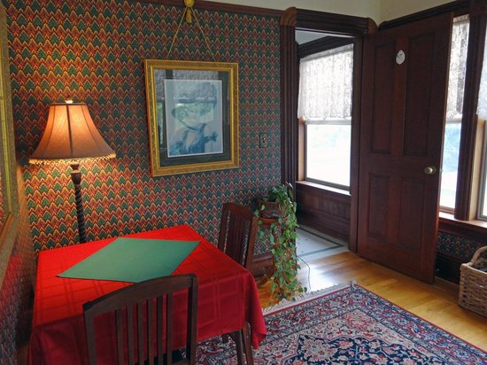 The Daly Inn : Garden View Room's Sitting Room