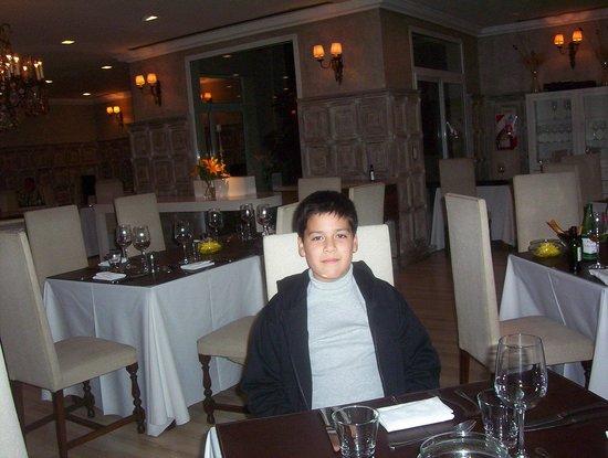 Huentala Hotel: Mi nieto esperando la cena en Chimpay