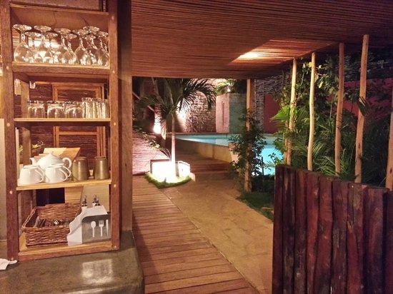 Eco Lodge: Vista desde el comedor a la piscina