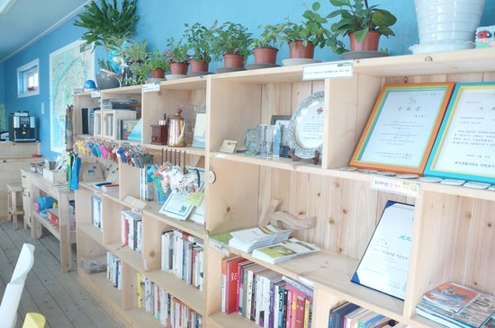 Left Hander Guesthouse: lots of books, CDs; and leaflets of nearby sites