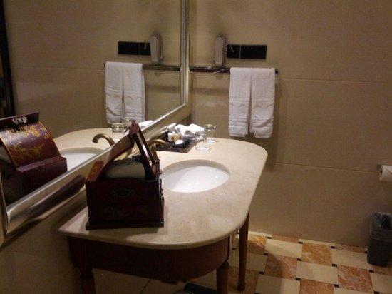 The White House Hotel Guilin: Salle de bain
