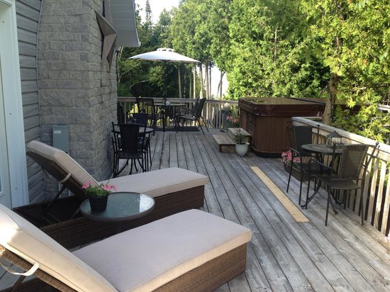 Bear Cove Bed and Breakfast: Deck & Hot Tub Area