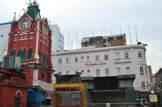 Sapphire Suites: Pleasant exterior. Tower on left is Hogg's market.