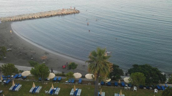 Crowne Plaza Limassol: Sea view - Beach in front of hotel